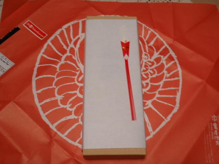 紙箱入りの「松風」。  朱赤の包装紙と白い箱が印象的な『亀屋陸奥』の包装。