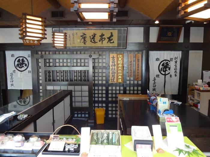 伝統銘菓「どら焼き」は『笹屋伊織』の代表銘菓。  『京菓匠 笹屋伊織』は、亨保元年(1716年)の創業以来、京都御所や神社仏閣、茶道家元に仕えてきたの老舗和菓子店です。  【画像は、京都駅、西本願寺、東寺から程近い場所にある笹屋伊織の本店】