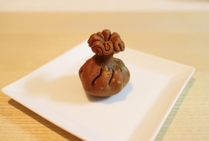 """「清浄歓喜団」は、遣唐使によって伝えられた唐菓子の一種""""団喜""""のこと。  略して、""""お団""""と呼ばれ、長きに亘って親しまれてきた『亀屋清永』を代表する伝統銘菓です。"""