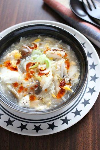 酸味と辛みが絶妙なサンラータンは、夏でも冬でも食べたい絶品スープです。もやしやキノコ、ささみなど具だくさんにすれば、身も心もすっかり満たされますよ。