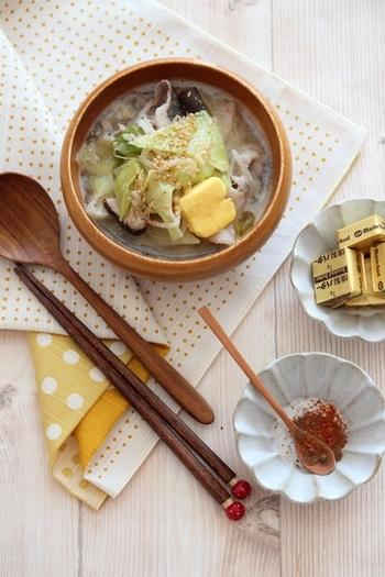 お肉と野菜をたっぷりいれた、食べる濃厚スープのレシピ。15分でも美味しく作るコツは、具材をしっかりめに炒めること。最後にのせるバターの豊かな風味がポイントです。