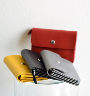 コンパクトなデザインの財布を使いたい方にはこちらがおすすめ。バッグの中でも場所をとらず、おしゃれなコーディネートに仕上がります。 十分な収納がありますがとてもコンパクトにまとまるので、女性らしいフラットなデザインが楽しめます。
