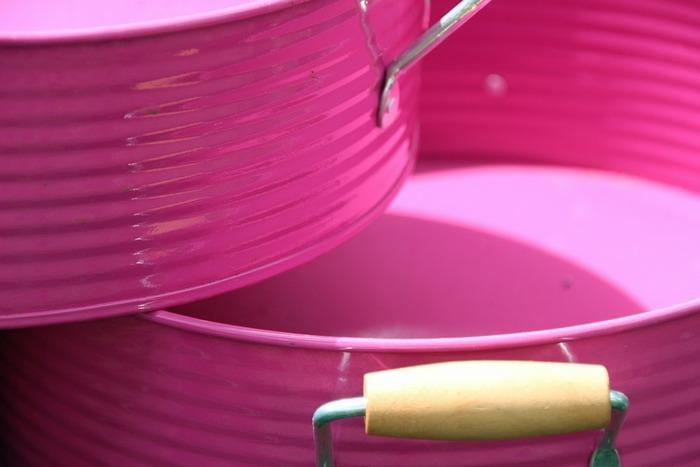 お部屋の雰囲気に合った容器を選ぶのも楽しいですね。ポイントになるカラーを使って、お部屋にアクセントを出しても素敵。
