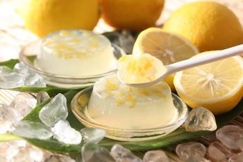 蜂蜜入りの酸っぱくないレモンゼリーはお子様にもおすすめです。