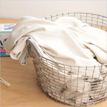 ワイヤー素材なら汚れが気になる服でもポイポイ! 洗うことができるのでいつでも清潔に保てます。