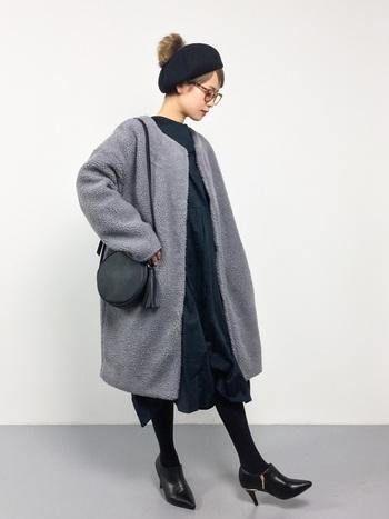 ファーのボンボンが付いたベレー帽は、かっちりとし過ぎず少しカジュアルダウンした抜け感のあるコーディネートに。きれいめのコーディネートに合わせるとバランスよくスタイリングできます。
