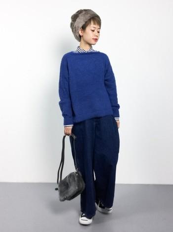 シンプルなシャツ&ニットの組み合わせには、存在感のあるファー小物がぴったり。ファー帽子とファーバッグをダブル使いして、こだわりのスタイリングに。