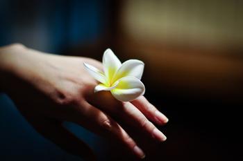 自爪をきちんとお手入れしている女性は、周りに清潔感や美意識の高さを感じさせ、好印象!