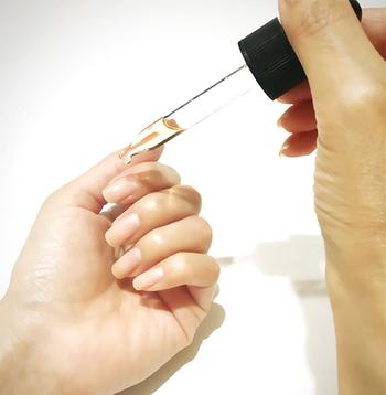 乾燥が激しい方は、ハンドクリームより効果の高い、ネイルオイルがおすすめ。オイルの細かな粒子が爪に浸透し、爪を強く健やかにしてくれます。