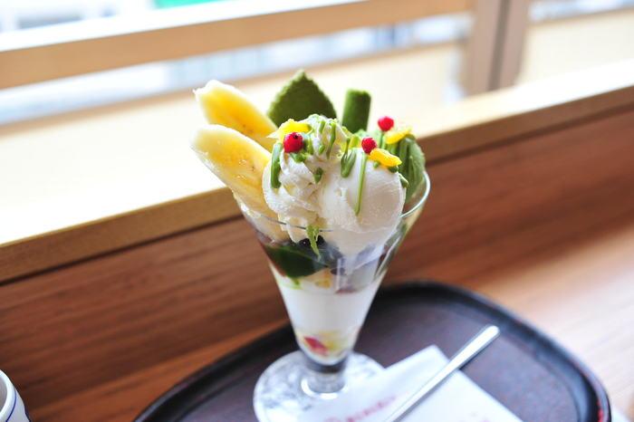 季節の味わえる限定メニュー「古都パフェ」。春にふさわしい桜アイスがお口に華やかさを運んでくれます。女子力がアップしそうな可愛いパフェ!