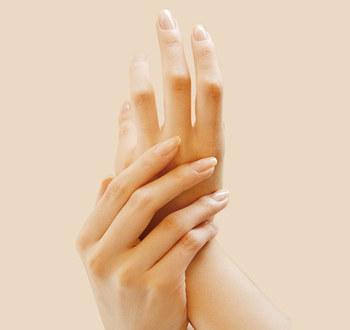 爪のコンディションが整ったら、いよいよお手入れです。自爪のセルフケアのステップは全部で3つ。慣れると15分くらいでできます。  ■STEP1 形を整える ■STEP2 甘皮を処理する ■STEP3 表面を磨く
