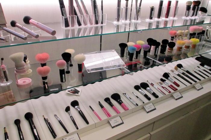化粧筆の生産で有名な熊野筆。有名コスメブランドでも取り扱われている熊野筆は、上質で化粧映えをより美しくします。そんな熊野筆ブランドの1つ「晃祐堂」からは、お花モチーフのかわいらしい化粧筆が販売中。少しリッチなお土産は、自分や家族へのプレゼントにいかがですか?