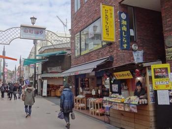 鎌倉駅を降りて鶴岡八幡宮に向かうと、すぐに「小町通り」という商店街があります。休日にはスムーズに歩けないほどたくさんの人が集まる小町通りは、個性的なお店がたくさん!  お土産屋さんを始め、カフェやレストランなどいろいろなジャンルのお店が揃っています。
