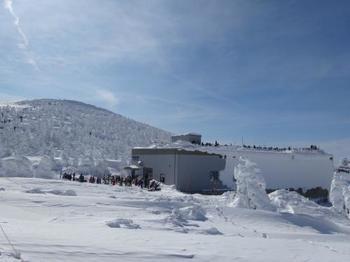 地蔵山頂駅の屋上は展望台となっていて、多くの人がそこからの眺めを楽しみます。遠くには山形を代表する霊山「月山」や、天気が良ければ隣県の宮城県仙台市まで眺めることもできます。
