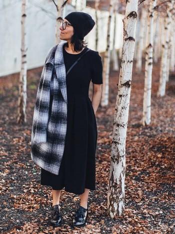 パリでは「黒は女性を輝かせる色」だと言われています。パリジェンヌのクローゼットには、必ず黒のアイテムが、ひとつは入っているはず。