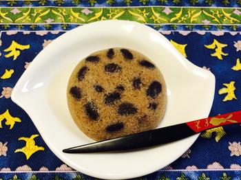 しっとりふわふわな食感は、熟練の職人にしかつくれない味。小豆、抹茶、期間限定の味も販売されています。