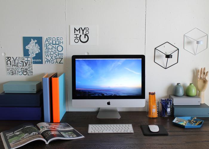 すぐ手にして作業をはじめたい、アクセスのしやすさを一番にした「見せる派」は、机の上が乱雑になりがち。クリップなどの小さな文具はトレーにまとめる、書類は大きさを揃えてまとめるなどの工夫で、一気に整理されたワークスペースに変身します。よく使うアイテムのカラーを絞り、ブランドを揃えるだけで、まとまりのあるデスクに。
