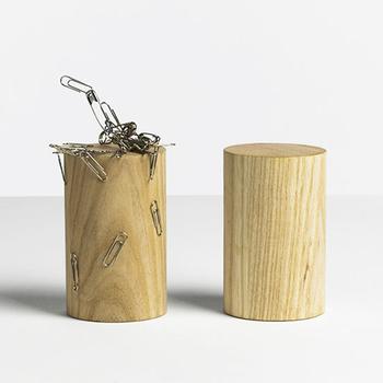 クリップ以外にも、安全ピンや小さな金属の定規・文具などがつくので、工夫次第でアートなオブジェのような整理整頓ができるかも。見せながら整理するが叶う粋なアイテムです。