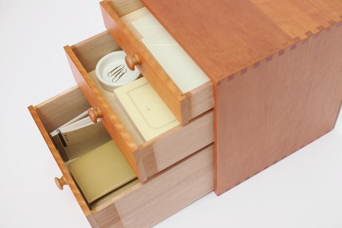 デスクやシェルフ上などに固定置きし、小さいものを隠しつつ整理できる卓上サイズの木の三段の引き出し。手書き領収書や請求書など、散らかりやすい小さいメモ類や小物などを整理できます。