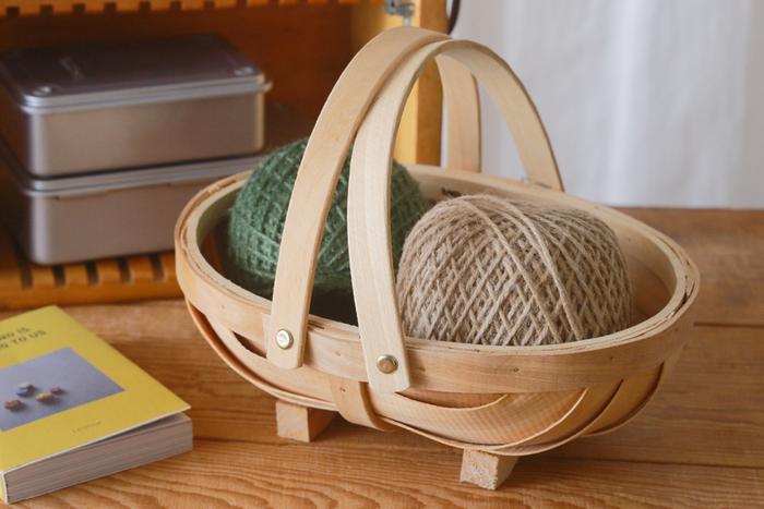 毛糸を入れて。インテリアにもなるし、すぐ取り出せていつでもどこでも編み物ができますね。眼鏡と本などでもいいし、パッとあなたの趣味の時間に早変わり!!