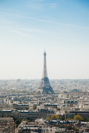 世界でも街並みが美しいことで知られる「華の都」パリ。そんなパリに住む女性のことをパリジェンヌといいます。みなさんは、パリジェンヌと聞いて、何が思い浮かぶでしょうか。ナチュラルでシンプル、アンニュイでクール、そして知的でおしゃれといった印象を持つ方も多いと思います。でもそれだけじゃないのかも!?今回はパリジェンヌについて15項目でご紹介していきます。