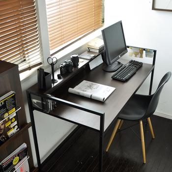 天板とシンプルなフレームだけの、シャープな印象のデスク。卓上に置かれたアイテムたちも引き締まって見えます。棚があるので、文具や資料、スマホなどもアクセスしやすい場所においておける上、二段になっているので棚下スペースも有効活用できます。