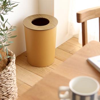 できればゴミ箱は人目に触れさせたくない、インテリアの中に溶け込ませたい派にはこちらのアイテムがおすすめ。上蓋がゴミ箱上部をカバーするのでゴミ袋が外から見えない構造になっているんです。ゴミ箱にゴミ袋を被せて使う際の目隠しにもなります。