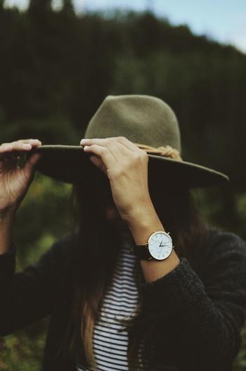周りとちょっとだけ差をつけたり、自分自身気持ちよく過ごすために、一点豪華主義なおしゃれを楽しむのもパリジェンヌは得意です。例えば腕時計やハイブランドのバッグを身につけたり...どこかひとつに特別なアイテムを取り入れて目立たせるおしゃれ術は真似したくなりますね。