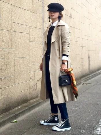 ヨーロッパのストリートスナップのような、おしゃれコーデ。袖と襟のホワイトバランスが優秀です。