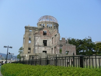 平和記念公園内にある世界遺産の原爆ドーム。もともと、1915年に広島県物産陳列館として建てられた建造物でした。慰霊碑や資料館などを見たり、緑や花にあふれた公園を散策したりと、国内だけでなく海外からの観光客も多いスポットです。