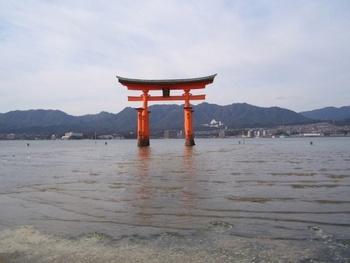 宮島にある厳島神社は、平安時代の建築美が残る建物で世界遺産に登録されています。島全体が「神の島」としてあがめられていたため、潮の満ち引きする場所に社が建てられたそうです。引き潮のときには、鳥居のところまで歩いていけますよ。