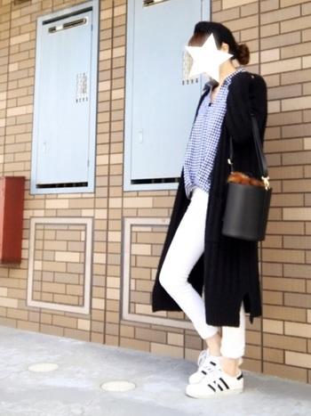 ぴったりスリムなホワイトコーデュロイパンツと、爽やかなギンガムチェックシャツを合わせた爽やかコーデ。パンツの裾はロールアップで素肌見せ。