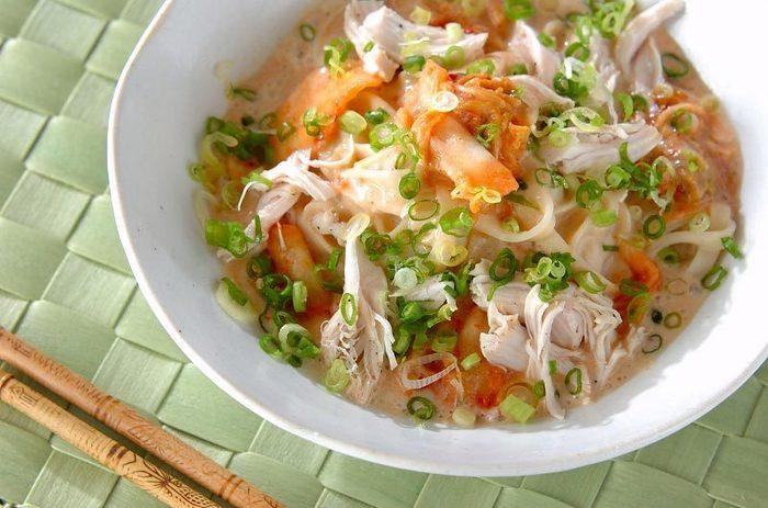 フォーは鶏や牛肉で取った透明のさっぱりダシにきしめんの様な米粉の麺が美味しいベトナム料理。お肉や、香菜などをのせて頂きます。あっさりしていてコレからの暑い季節にもピッタリです♪