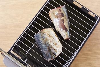 魚を焼くポイントは「強火の遠火」です。煙が出るからといって、弱火で魚を焼く行為はNGです。