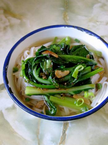 芥藍(ガイラン)中華レストランで見かけるはチャイニーズブロッコリーと言われる青菜です。 魚のアラでとったスープに芥藍をにんにくと生姜で炒めて、フォーに乗せて香味油を少々垂らしていただきます。