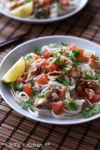サバ燻製とパクチーを合わせてライムをきかせたエスニック風の冷たいフォー。 エスニック料理や酸っぱい系が好きな方にオススメの一品です。