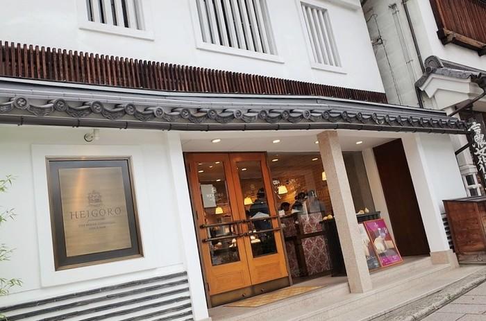 かつて藤屋旅館と並ぶ二大旅館と言われた旧「扇屋 五明館」をリノベーション。 The Gohonjinから道路を隔てて斜め向かいにあります。