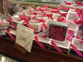ウィーンの「デメル」には、薔薇の花びらの砂糖漬けも。 可憐なスミレ、華やかな薔薇…どちらもエレガントで憧れます。