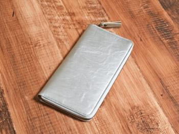 シルバーの財布は程よく上品で、オンでもオフでも使える便利アイテム。シンプルでとことん使えそうですね。