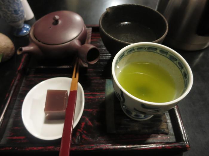 お店の代名詞である日本茶は、産地が数種類用意されています。好みの1種を選ぶとお茶菓子付きで提供されます。何煎も楽しめるのが日本茶の楽しさ。味の違いを楽しんでみましょう。