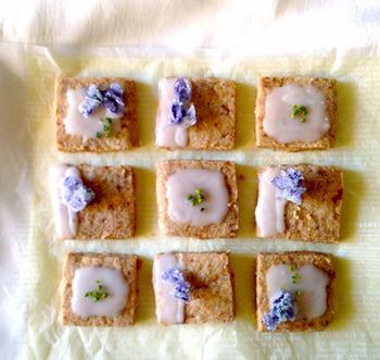 淡い紫のすみれの砂糖漬けに、ほんのり檸檬の砂糖衣をかけて、甘ずっぱくなつかしい味わい。