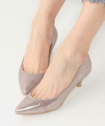 立食パーティーは、立ちっぱなしで料理の持ち運びもあります。サイズが合わない靴や歩きにくい靴はNG。履きなれた動きやすいハイヒールを選びましょう。