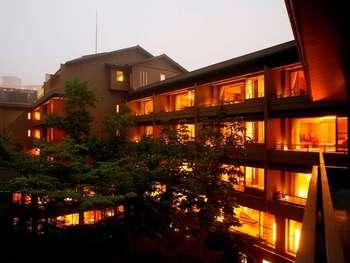 大型ホテルが立ち並ぶ温泉街の中で、緑に囲まれ風情がある旅館が、ここ『滝乃家』です。馬糞ウニなどお料理も絶品で、澄んだ磯の香りと甘味でしっかりとした味わいです。温泉と食事、身も心も満足できますね。