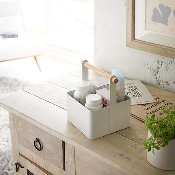 卓上のクリップや文具、小箱など、こまごましたものをひとつにまとめて整理しながら、取り出しやすさ、運び出しやすさを備えたツールボックス。