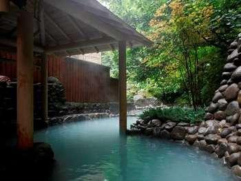 緑が美しい庭園露店風呂です。乳白色のやさしい浴感の温泉でじんわり体の芯から温まると、冬のひんやりした自然の空気も心地よく感じますね。泉質はラジウム泉で、深呼吸をしながら半身浴でゆったり長時間つかるのがおすすめです。