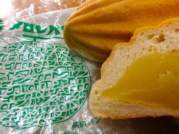 もてばその重さにびっくりするはず。メロンパンを二つに割ると、中にはたっぷりとクリームが詰まっています。