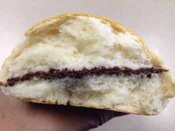 「ナナパン」は、ビスケットような食感の生地に、チョコレートクリームが挟んであるチョコパンです。