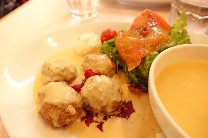クリームソースをかけたミートボールやサーモンなど北欧の定番料理を頂くことができますよ。