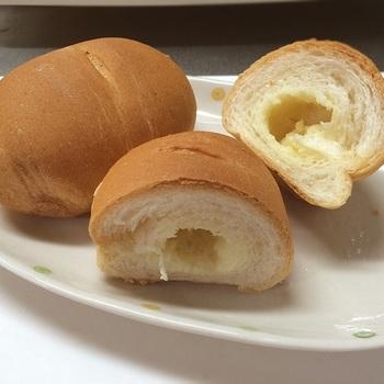 """「サニーパン」はフランスパン生地。練乳がジュワッと染み込んだ味わいは、実に素朴。「サニーパン」は""""元祖練乳パン""""。大手メーカーも真似をした逸品です。"""