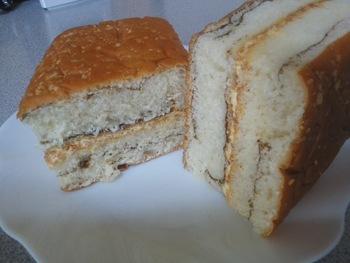 """""""美味しさを重ねてストライプ。ゼブラパン""""のキャッチフレーズ通り、黒糖味のペーストを折込んで、中にピーナッツクリームがサンドされています。パンはフンワリとした優しい甘味。黒糖とピーナッツの風味が絶妙です。"""